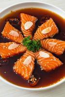 mit Lachs mariniertes Shoyu oder mit Lachs eingelegte Sojasauce foto