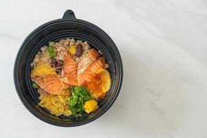 gegrillter Lachs mit braunem Reis Donburi foto