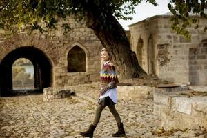 hübsche junge Frau, die im Herbstpark spazieren geht foto