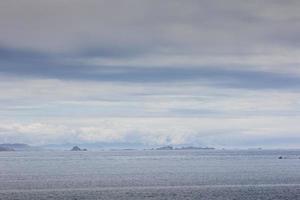 bewölkter Tag im Atlantik, Ruhe, Reflexion foto