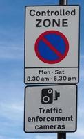 Kontrollierte Zone kein Parkplatz Verkehrsüberwachungskameras Zeichen foto