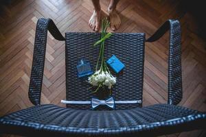 Hochzeitsstrauß, Taschentuch Schmetterling und Geschenkbox auf dem Stuhl foto