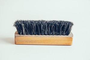 Holzbürste für Kleidung auf weißem Hintergrund foto