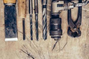 Alte Bauwerkzeuge auf einem flachen Hintergrund der Holzwerkbank foto