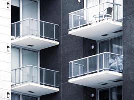 Balkonfenster eines schönen modernen Gebäudes foto