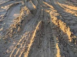 Traktorreifenspuren auf dem Boden foto