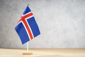 Island-Tischflagge auf weißer strukturierter Wand. Platz kopieren foto