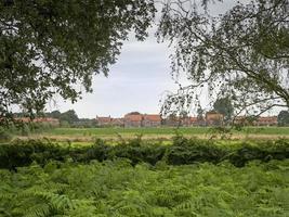 Skipwith Dorf gesehen von Skipwith Common, North Yorkshire, England foto