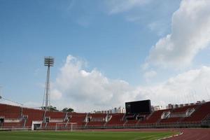Stadionhintergrund mit einem grünen Rasenplatz tagsüber foto