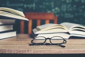 Buch mit grünem Bretthintergrund foto