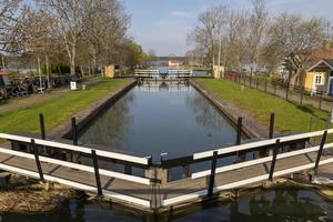 Teil des Gota-Kanals mit einer der Schleusen. foto