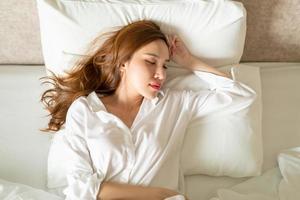 Porträt schöne Frau schläft auf dem Bett foto