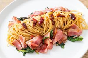 gebratene Spaghetti mit getrocknetem Chili und Speck foto