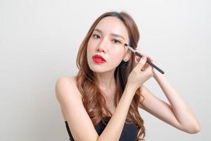 Porträt schöne Frau mit Make-up-Augenpinsel foto