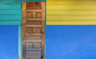 Grunge alte Tür mit farbig gestrichener Wand foto