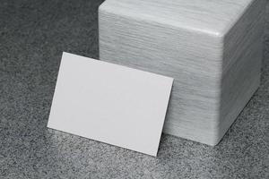 weiße horizontale Visitenkarten-Papiermodellvorlage foto