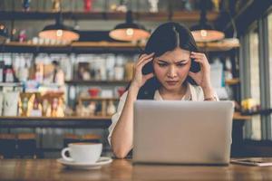 asiatische freiberufliche frau hat am letzten tag unter druck gestresst foto