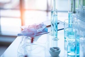 medizinisches Laborreagenzglas im Chemie-Biologie-Labortest foto