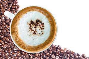 heiße Kaffeetasse mit Beschneidungspfad und Kaffeebohnen Draufsicht auf Weiß foto