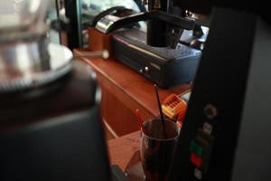 Professionelle Kaffeemaschine macht Espresso. foto