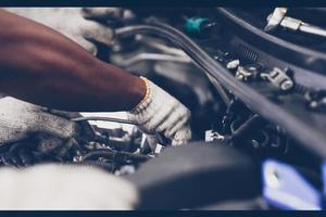 Hände des Automechanikers, der Auto repariert. selektiver Fokus. foto