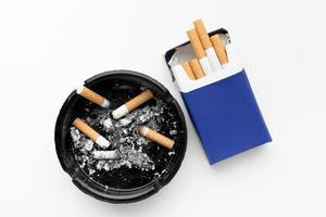 Aschenbecher und eine Schachtel Zigaretten foto