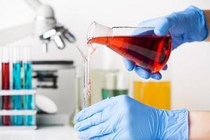 Wissenschaftler mischen chemische Elemente foto