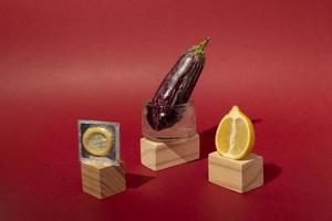abstraktes Sortiment für sexuelle Gesundheit mit Lebensmitteln foto