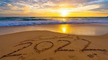 Frohes neues Jahr 2022, Schriftzug am Strand foto