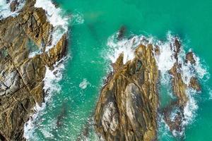 Luftaufnahme von oben nach unten Meereswelle, die an der Küste abstürzt? foto