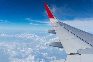 Flugzeugflügel am blauen Himmel foto