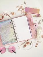 Tagebuch öffnet mit weißer und holografischer Seite foto