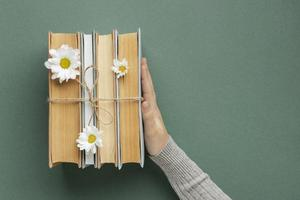 kreative Komposition mit Büchern und Blumen foto