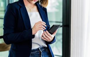 Geschäftsfrauen Hand mit Bleistift auf dem Smartphone. foto