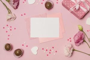 Herzen, Süßigkeiten, Geschenkbox und Blumen foto