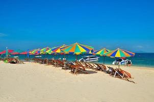 Phuket, Thailand, 2020 - Stühle und Sonnenschirme am Strand foto
