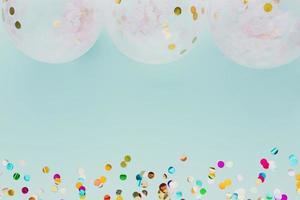 flache Partydekoration mit Luftballons auf blauem Hintergrund foto