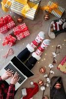 Frau kauft zu Weihnachten online ein foto