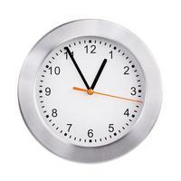 genau fünf Uhr auf einer runden Uhr foto