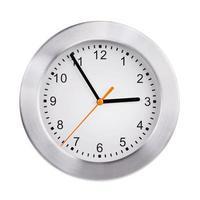große Uhr zeigt fünf Minuten vor drei foto