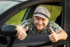 Fahrer zeigt, dass alles in Ordnung ist foto