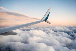 Blick auf Flügelflugzeug bei bewölktem Himmel foto