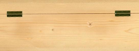 hellbrauner Holzstrukturhintergrund mit Metallscharnieren foto