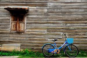 Mauern, alte Holzhäuser und ein blaues Fahrrad foto