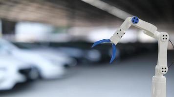 mechanischer Inspektionsmotor mit Handroboter-AI-Maschine. Blaues Auto für die Service-Wartungsversicherung mit Automotor. für den Transport von Automobilen. foto