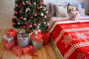 schönes weihnachtsfestliches Interieur in einem Landhaus an Heiligabend foto