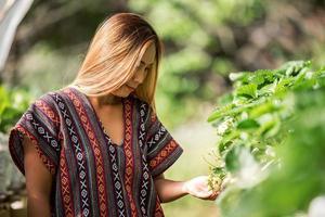 schöne Bäuerin, die Erdbeerfarm überprüft foto