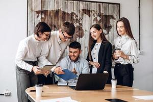Zusammenarbeit. Kollegen und Mitarbeiter sprechen gemeinsam wichtige Themen an foto