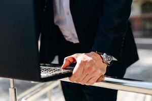 Nahaufnahme männliche Hand auf der Tastatur des Laptops. - Bild foto
