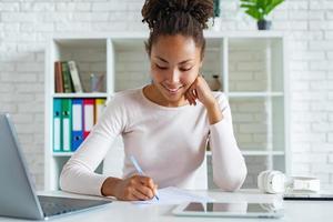 Nahaufnahme Student Mädchen beim Schreiben mit Stift auf einem Papier, Konzepterziehung foto